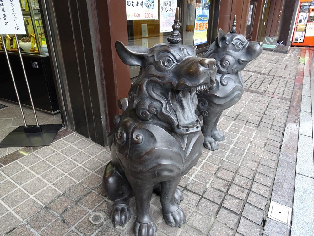 川崎大師 山門前の住吉さんの独鈷犬